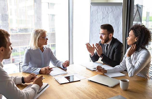 谈判策略——四人一组,坐在桌前谈判