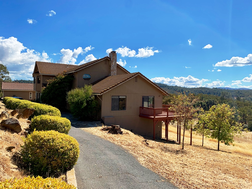 Just 2 miles off of hwy 49 makes for ez access to Angels Camp, San Andreas, and Murphys. Country style home has vaulted ceilings, 2 huge great rooms and 2 master suites. Amazing views of distant ridgetops and rolling hills. South exposure makes for great gardening and solar gain. Perfect for horses the entire parcel is usable. Seller says great well.